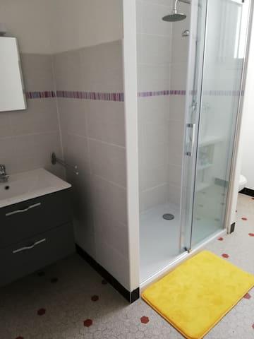 Salle de bain et WC privé donnant dans le studio