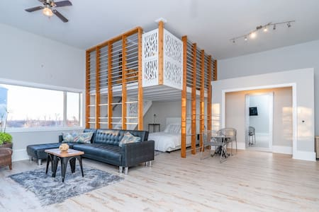 Beautiful Open Style Acreage Loft 3.4km fr. city