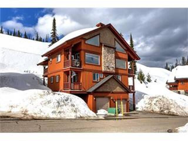 Luxury Big White Ski-In Chalet, Private Hot Tub!