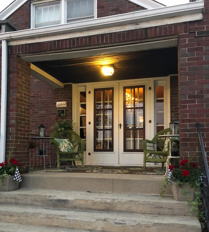 Historic Home, private space, 2 bdrm-3 mile to D/T