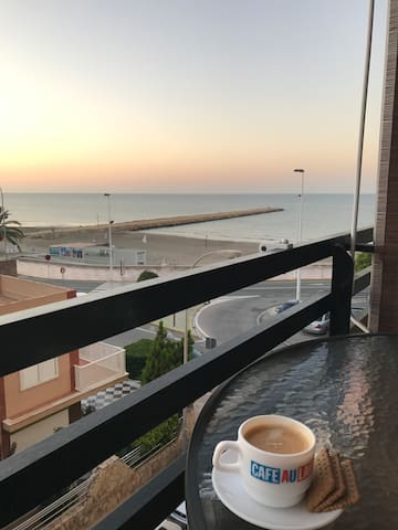 Room by the beach with Wifi, close to Airport
