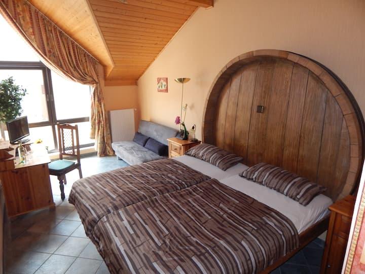 Schlafen im urigen Fassbett auf dem Winzerhof