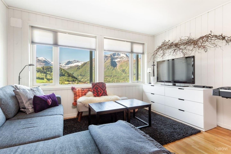 Koselig stue med komfortabel sofa Big bright apartement surrounded by the peaks of Sunnmøre. Close to skiresorts, Geirangerfjorden and Ålesund.-