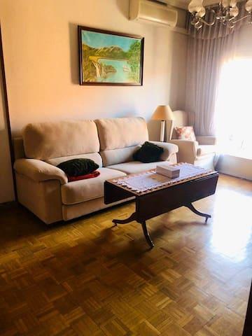 马德里阳光温馨单人房三居公寓
