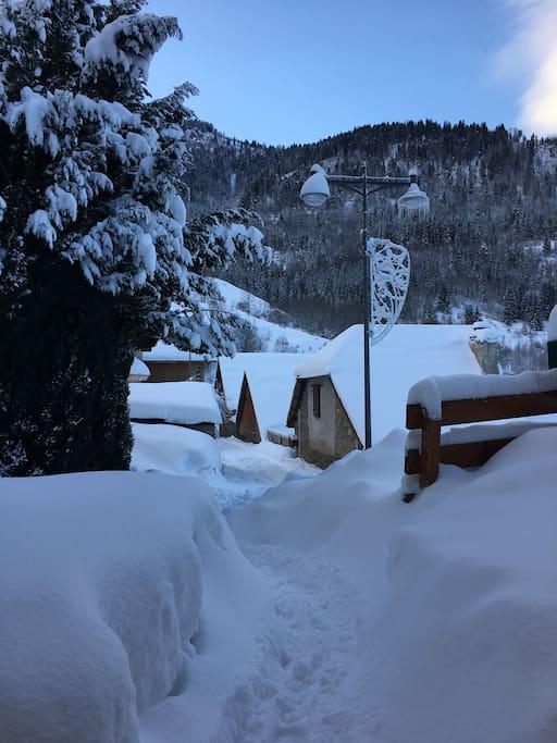 vanuit de voordeur; genoeg sneeuw