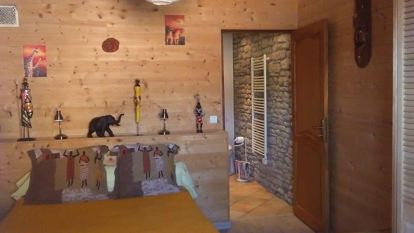 La chambre, salle de bain et toilettes à l'arrière