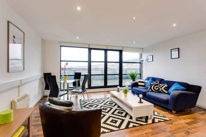 Central Swansea & Balcony with Spectacular Views - 斯旺西 - 公寓