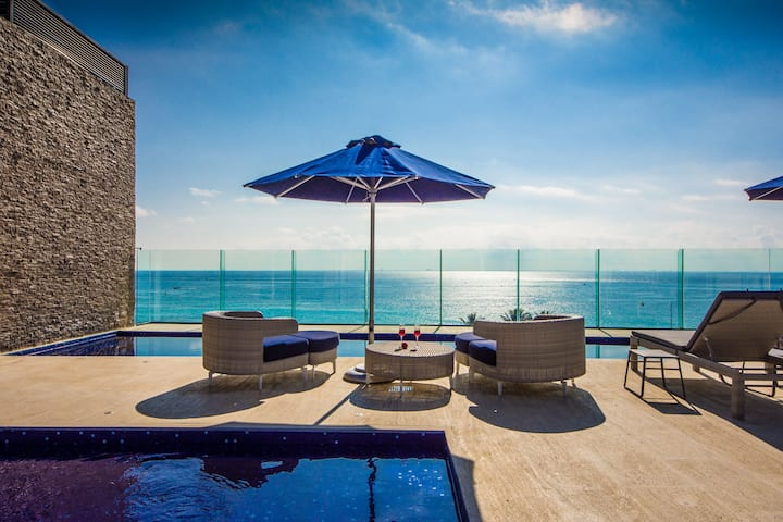Upscale Classy Condo Just Steps from the Beach
