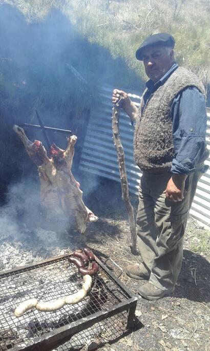 A solicitud de los huéspedes se elaboran asados o comidas caseras