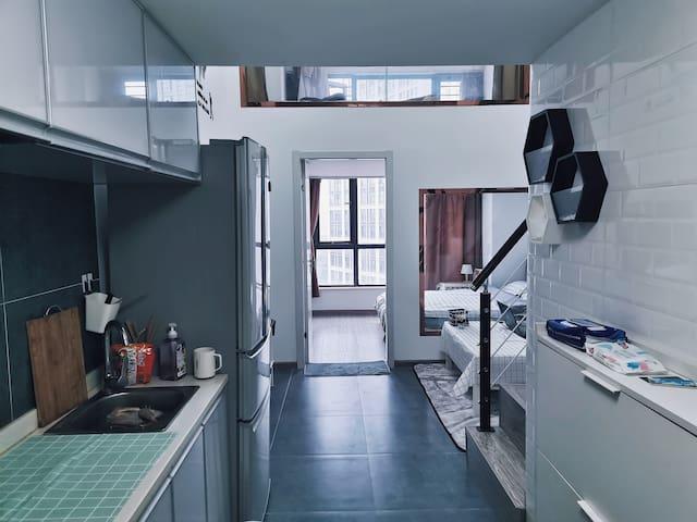 #海猫民宿# loft公寓大床房 适合情侣👫或者闺蜜入住 4k电视 可做饭 可以📸的滚筒洗衣机