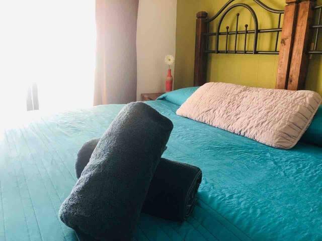 Recámara principal. (1 cama King size, 1 cama individual, opcional se puede colocar colchón inflable tamaño queen doble altura)