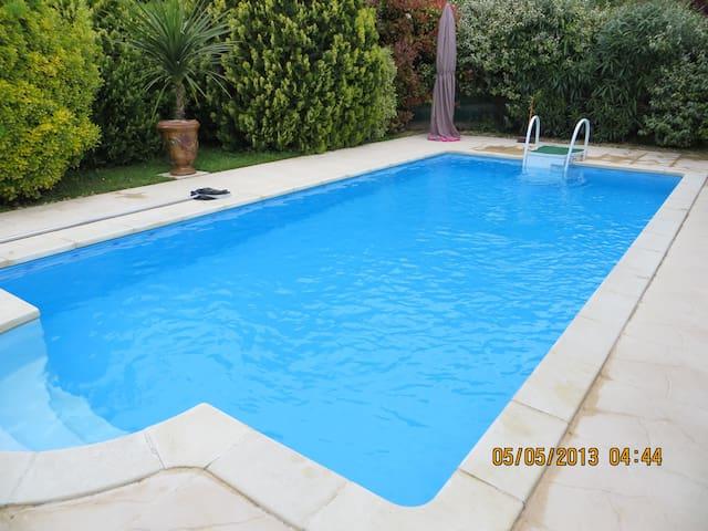 Jolie villa avec piscine et jardin