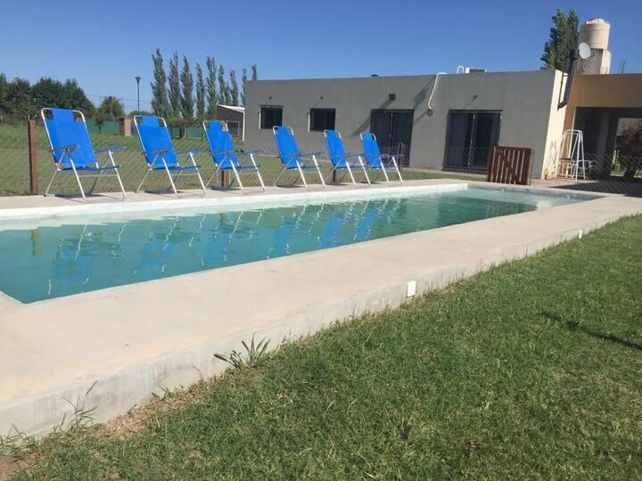 Moderna casa, excelente piscina, parque y parrilla
