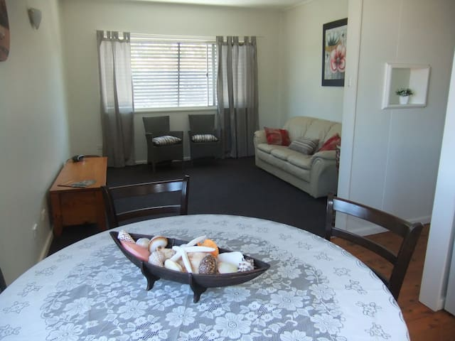 Central location, fresh and bright, 3 bedrm unit - Port Macquarie - Byt