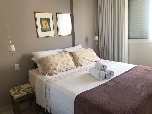 Suite com cama de casal no Parque Flamboyant