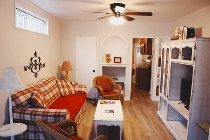 *Cottage Charm in Downtown* *2 bedrooms*