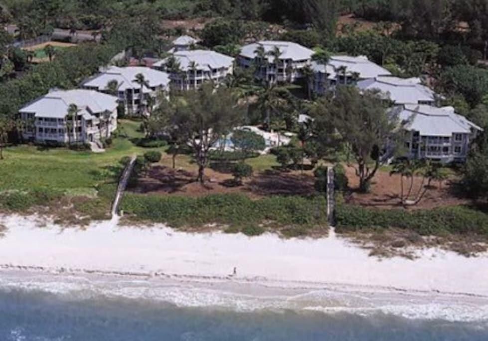 Small, exclusive resort with short walk to white-sand beach