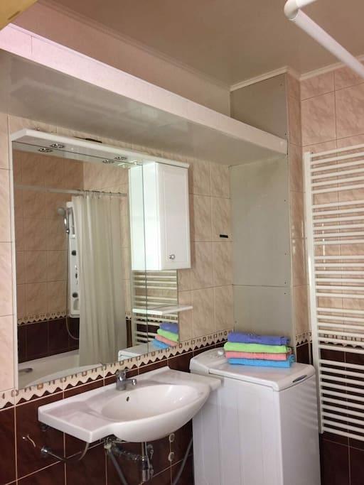 в ванной комнате стиральная машинка и удобная электрическая сушилка. Свежие полотенца всегда для Вас. )