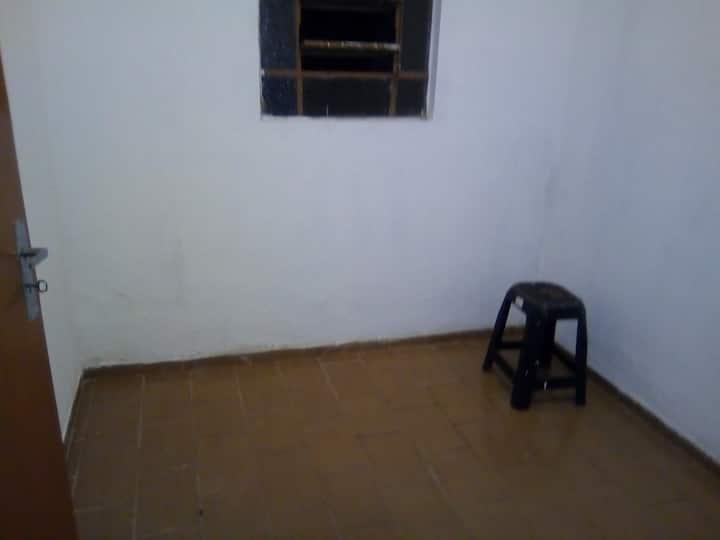 quarto privado SEM CAMA sem móveis, para 1 pessoa