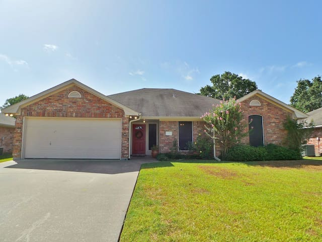 Spacious Upscale Game Day home 5 mi  Kyle Field!