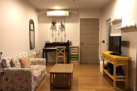 迷人的维多利亚房。有健身房和游泳池。交通便利。房间干净温馨 - Bangkok - Apartment