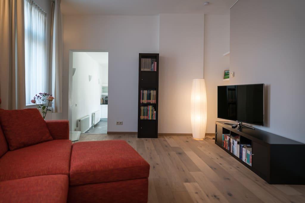 Rustige woonkamer met tv.