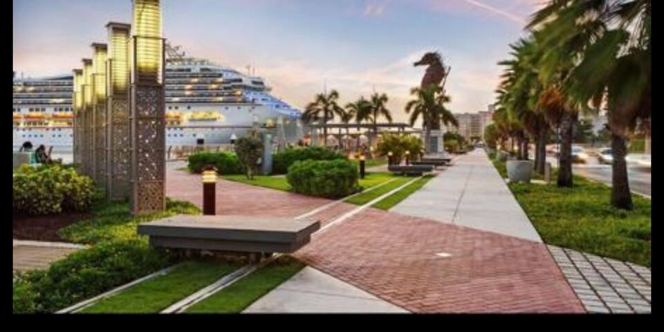 Near Cruise Port Apt. w balcony/wifi/AC