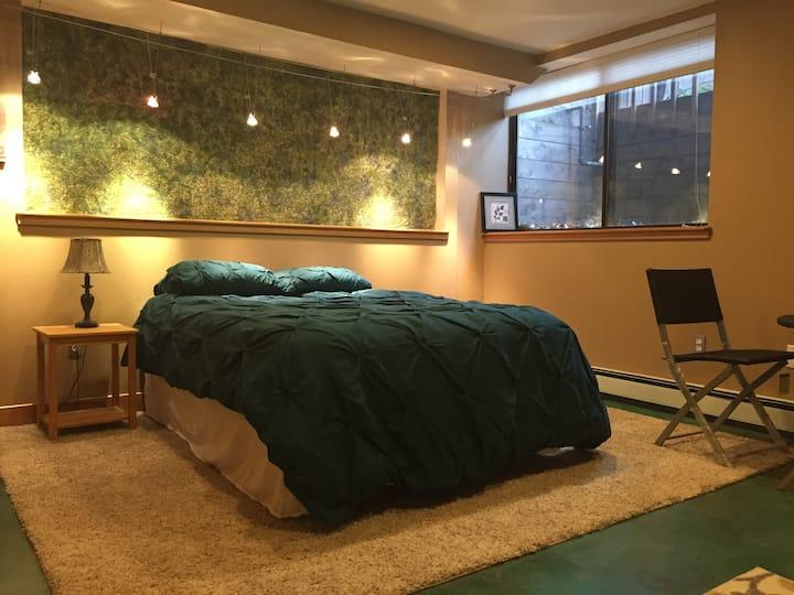Comfy Boulder 1 bedroom,  private bath & parking