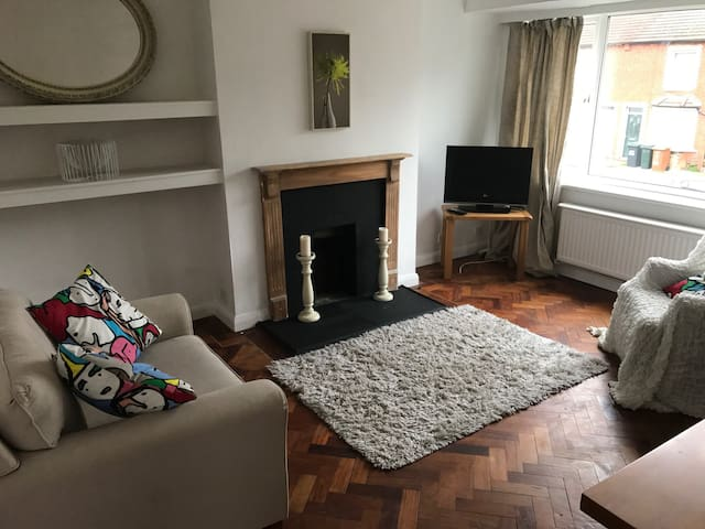 Spacious 2 Bedroom Flat,  30 mins tube into London - Croxley Green - Apartment
