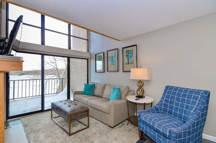 301D- 2 bedroom/2 bath lakefront condo, offers free WiFi!