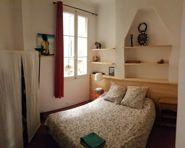 Nice room in very spacious and central appartement