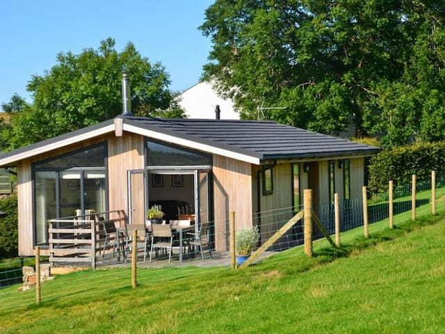 CARROCK LODGE, pet friendly, with open fire in Caldbeck, Ref 972544