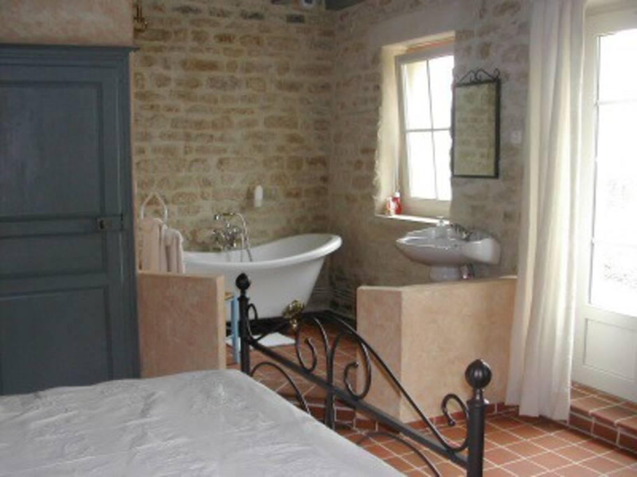 chambre 1 rétro lit double + petit canapé avec accés direct sur terrasse et terrain arboré,salle de bains et wc privatifs