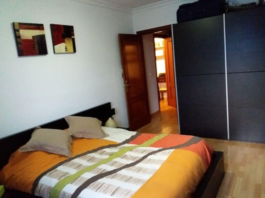 Dormitorio luminoso y confortable. Bright and confortable bedroom.
