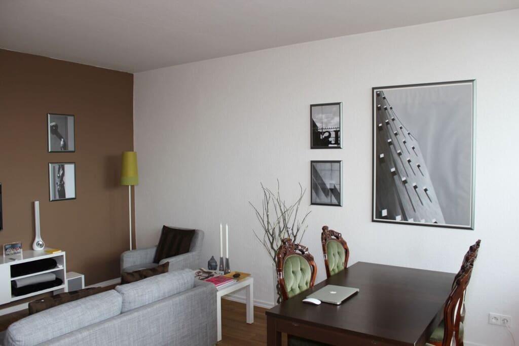 Sitzecke mit Sofa, Sessel und Fernseher