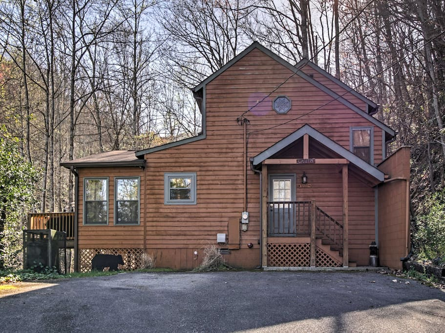 This 1,300 square foot, 2-story cabin is perfect for families wanting to spend quality time together!