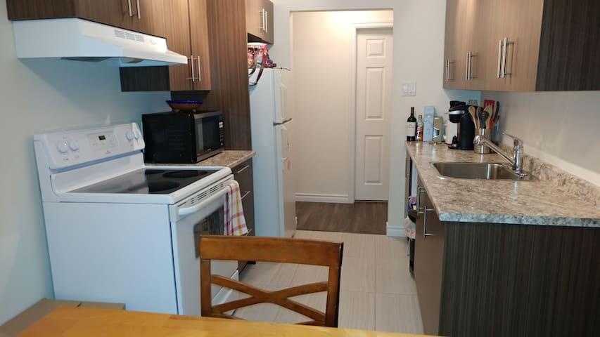 Appart avec stationnement et balcon - Laval - Apartment