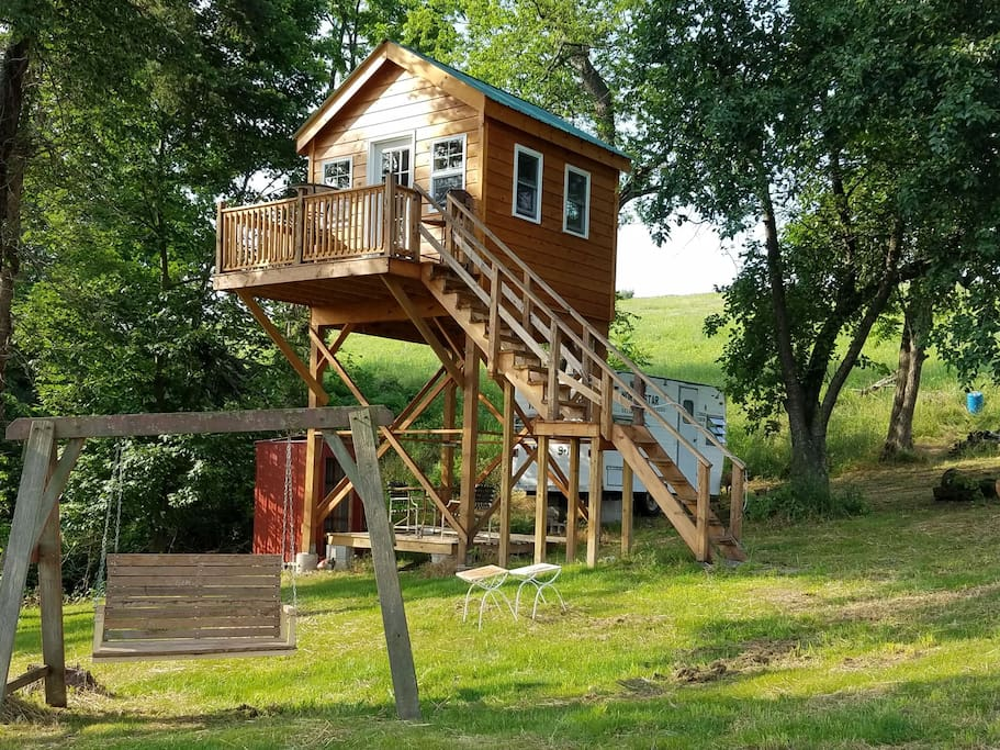 an off-the-grid treehouse in Pennsylvania