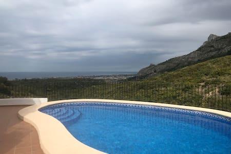 Casa con piscina y vistas en parque natural