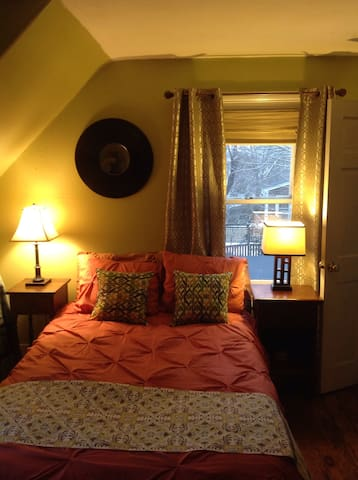 Sunny quaint Downtown guest bedroom - Plymouth - Casa