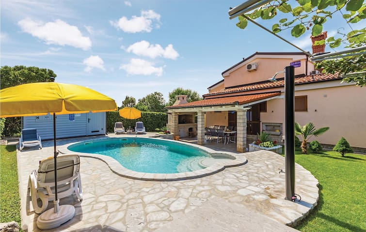 Lux villa with sunny pool in Pula