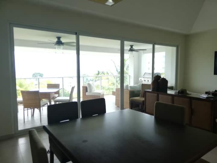 Cómodo y exclusivo apartamento con vista al mar