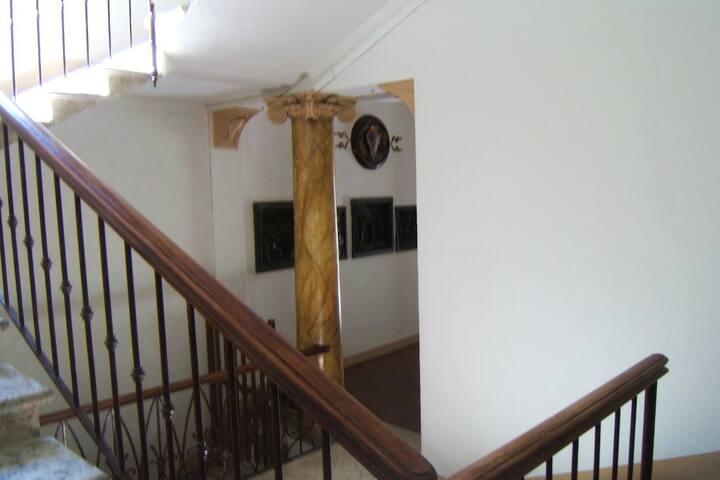 La prima delle due rampe di scale.