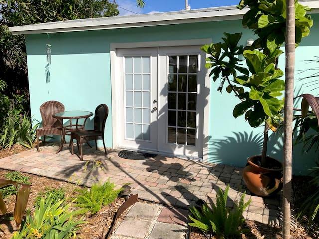 Tropical Guesthouse for 1, Clean, Cozy, Convenient