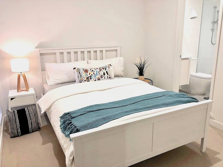 Deluxe Brighton Apt *Private Garden Parking+Wi-Fi+Smart TV