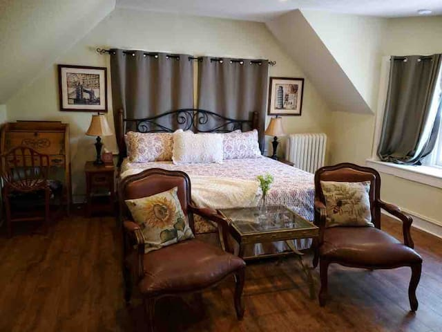 #10 King Bed, Private Bath, Downtown, CC