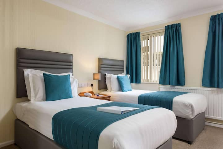Essential and Business Travel Only: Luxurious Double Two Beds At Cornwall