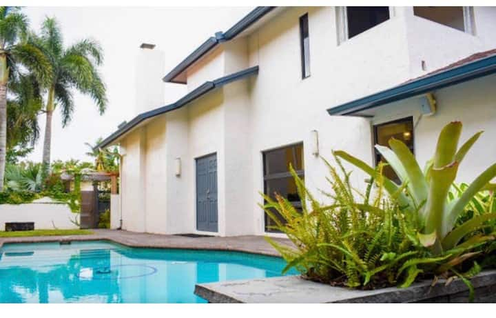 🌴☀️Home w/pool, pool table, golf course, king bed☀️🌴