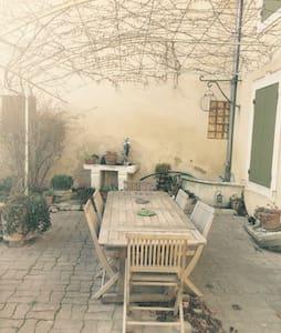 Maison de ville avec jardin au calme - Saint-Saturnin-lès-Avignon - Hus