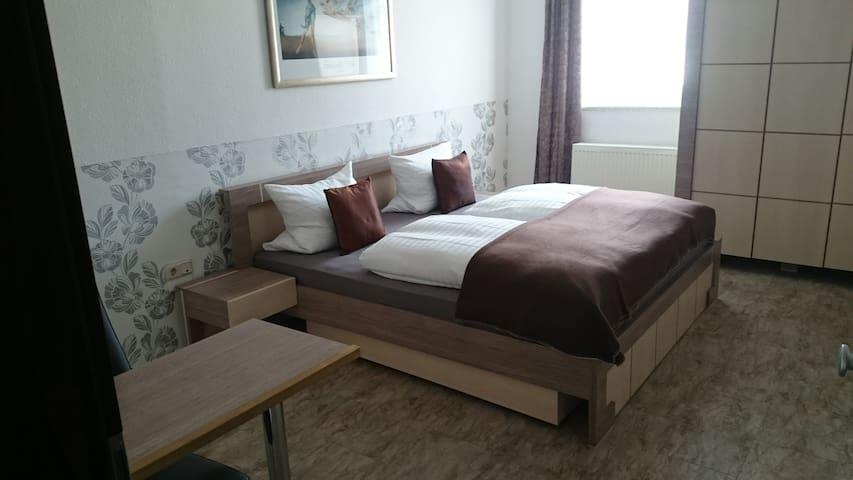 Schönes Zimmer mit Bad, direkt im Zentrum - Bad Homburg vor der Höhe - Aparthotel
